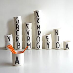 アルネ・ヤコブセンの美しい文字を使ったテーブルウェア