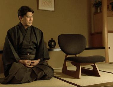 椅子を見つめる松本幸四郎